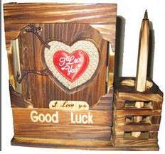 دفتر خاطرات عشق با جلد چوبی و جایی