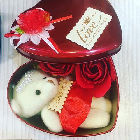 کادوی ولنتاین جعبه فلزی قلبی به همراه گل و خرس